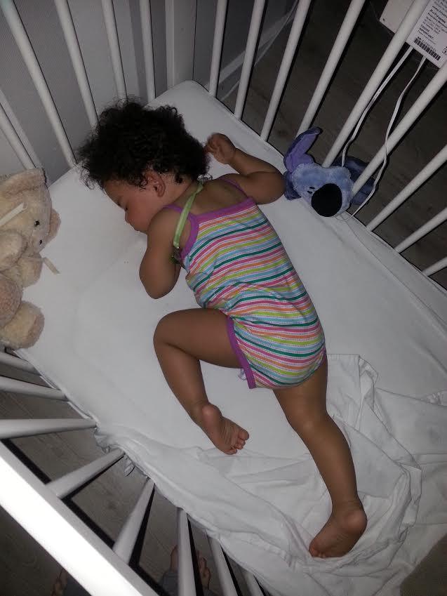 Ook ik liet mijn baby niet altijd op haar rug slapen for Baby op zij slapen kussen